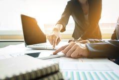 Бизнесмены обсуждая диаграммы и диаграммы показывая res Стоковая Фотография