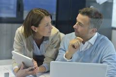 Бизнесмены обсуждая и работая с таблеткой Стоковые Изображения RF