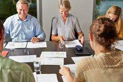 Бизнесмены обсуждая контракт в встрече Стоковое Фото