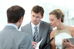 Бизнесмены обсуждая контракт Стоковые Фото