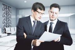 Бизнесмены обсуждая контракт Стоковое Изображение