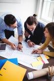 Бизнесмены обсуждая на светокопии Стоковое Фото