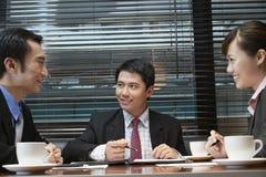 Бизнесмены обсуждая на таблице кафа Стоковое фото RF