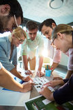 Бизнесмены обсуждая над фотоснимком во время встречи Стоковые Фото