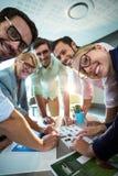 Бизнесмены обсуждая над фотоснимком во время встречи Стоковые Изображения RF