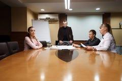Бизнесмены обсуждая новый проект на офисе Стоковое Изображение