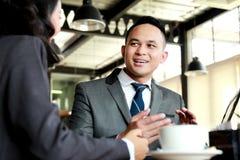 2 бизнесмены обсуждая новый проект Стоковые Фото