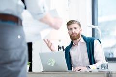 бизнесмены обсуждая новый проект Стоковое Изображение