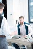 бизнесмены обсуждая новый проект Стоковое Фото