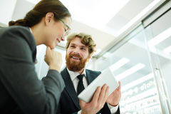 Бизнесмены обсуждая новый проект Стоковые Изображения RF