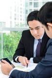 Бизнесмены обсуждая документ в офисе Стоковое фото RF