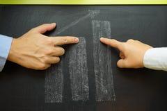 Бизнесмены обсуждая о росте дела, растущей диаграмме Стоковая Фотография RF