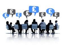 Бизнесмены обсуждая о финансовом Стоковое Изображение RF