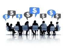 Бизнесмены обсуждая о финансовом Стоковые Изображения