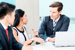 Бизнесмены обсуждая проект в офисе Стоковая Фотография RF