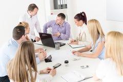 Бизнесмены обсуждая проект Стоковые Изображения RF