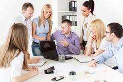 Бизнесмены обсуждая проект Стоковое Изображение RF