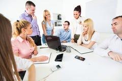 Бизнесмены обсуждая проект Стоковое Изображение