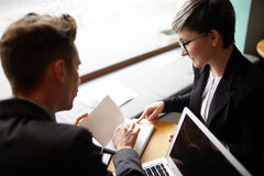 Бизнесмены обсуждая планы в встрече Стоковое Изображение