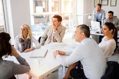 Бизнесмены обсуждая планы на будущее Стоковые Фото