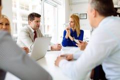 Бизнесмены обсуждая планы на будущее Стоковые Изображения