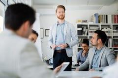 Бизнесмены обсуждая планы на будущее Стоковое Изображение