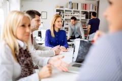 Бизнесмены обсуждая планы на будущее Стоковое Изображение RF