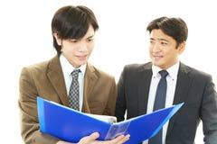 Бизнесмены обсуждая планы Стоковые Изображения