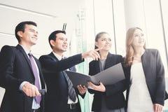 Бизнесмены обсуждая работу в прихожей здания Стоковые Фото