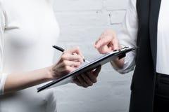 Бизнесмены обсуждая работу и делая примечания Стоковые Фотографии RF