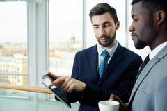 Бизнесмены обсуждая работу на проломе Стоковые Изображения RF