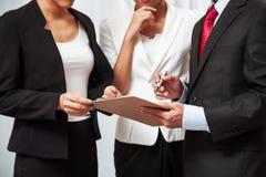 Бизнесмены обсуждая работу Стоковые Изображения RF