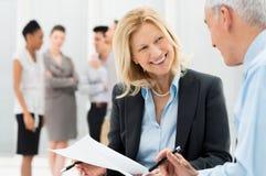 Бизнесмены обсуждая совместно Стоковое фото RF