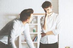 Бизнесмены обсуждая что-то Стоковые Изображения