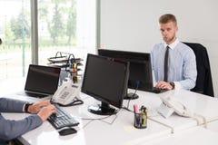 Бизнесмены обсуждения на компьютере Стоковые Фото