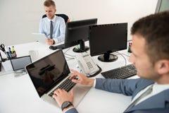 Бизнесмены обсуждения на компьютере Стоковая Фотография