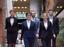 бизнесмены объениняются в команду гулять Стоковые Изображения