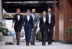 бизнесмены объениняются в команду гулять Стоковые Фото