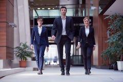 бизнесмены объениняются в команду гулять Стоковое Изображение