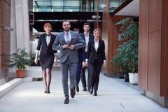бизнесмены объениняются в команду гулять стоковая фотография rf