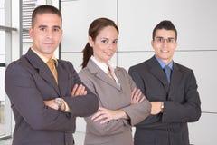 бизнесмены объениняются в команду детеныши Стоковые Фото