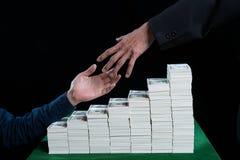 Бизнесмены достигают вне для того чтобы трясти руки против sta Стоковое Изображение RF