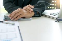 Бизнесмены отсчет работника или офицера деньги стоковые фотографии rf