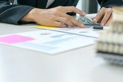 Бизнесмены отсчет работника или офицера деньги стоковая фотография rf