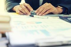 Бизнесмены отсчет работника или офицера деньги стоковое изображение rf