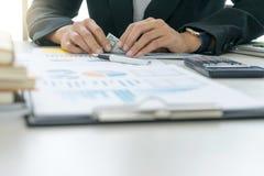 Бизнесмены отсчет работника или офицера деньги стоковая фотография