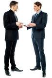 Бизнесмены оценивая документы дела стоковое фото rf