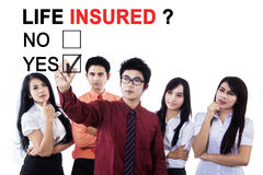 Бизнесмены одобряя застрахованного жизни Стоковое Изображение RF