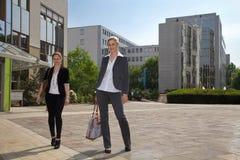 Бизнесмены перед зданием Стоковые Изображения RF