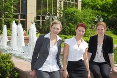 Бизнесмены перед зданием Стоковые Фотографии RF